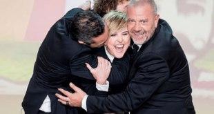 Nadia Toffa abbracciata dai colleghi de Le Iene. Foto da Web