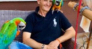 Enzo Salvi con Fly ed i suoi pappagalli
