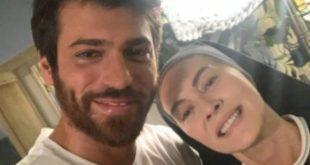 Can Yaman ed Elena Sofia Ricci sul set di Che Dio ci aiuti 6. Foto dal Web