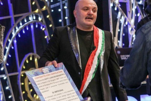 Peppe Iodice mostra il contratto proposto a De Magistris per dedicare una strada a Mario Merola. Foto di Lele Vottis