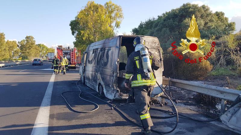 Catania-Siracusa, in fiamme furgone del corriere all'altezza dello ...