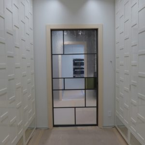 porta in metallo con vetri disuguali
