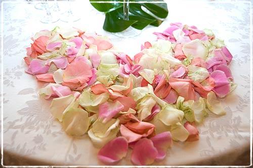 Centrotavola con petali di rose