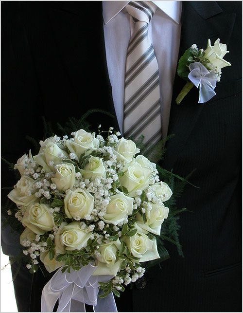 occhiello-e-bouquet-rose-bianche