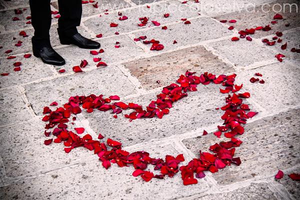 decorazioni matrimonio con petali di rose