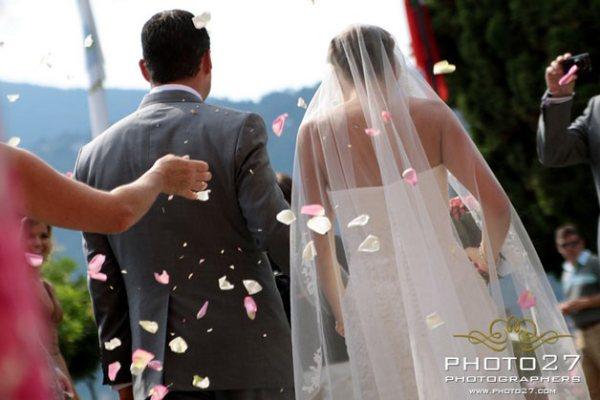 addobbi floreali con petali di rose a Villa Bossi