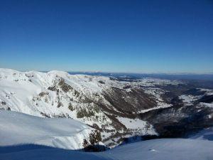 Vue des pistes de Super Besse station de ski en Auvergne à 30mns du gîte location de vacances la grange des puys