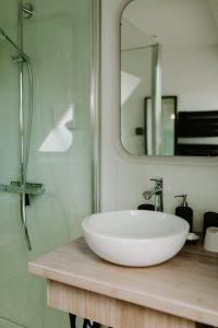 Présentation intérieure du lavabo la salle de bain du gîte la grange des puys à la location à Beaune le Chaud