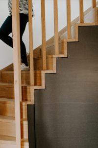 Présentation intérieure de l'escalier en chêne du gîte la grange des puys à la location à Beaune le Chaud