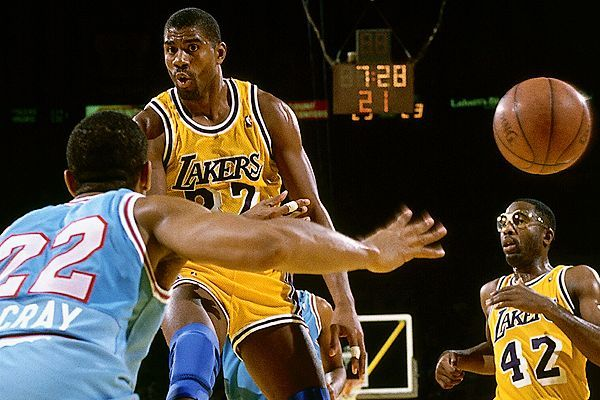 Magic Johnson no look pass