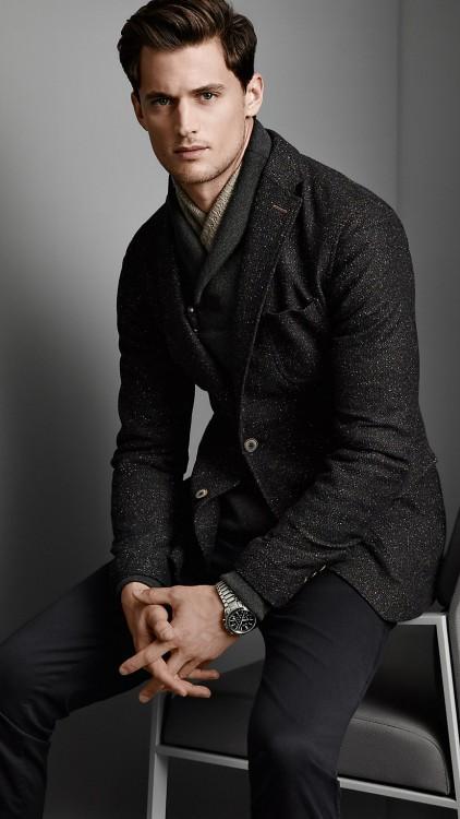 Hombre en traje oscuro con la bufanda por dentro