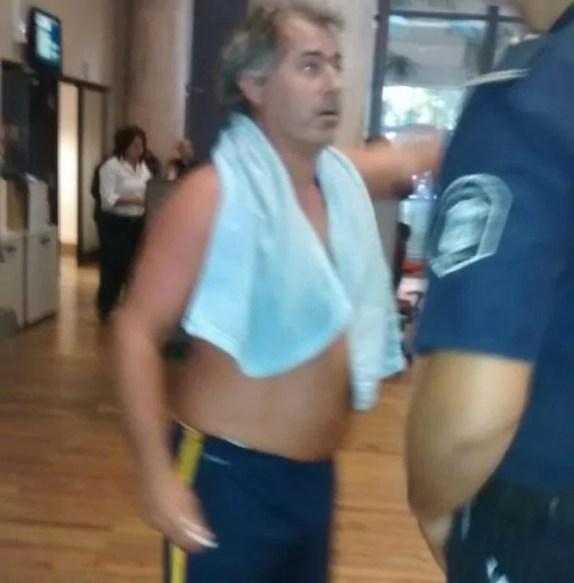 Argentino se mete a bañar en empresa