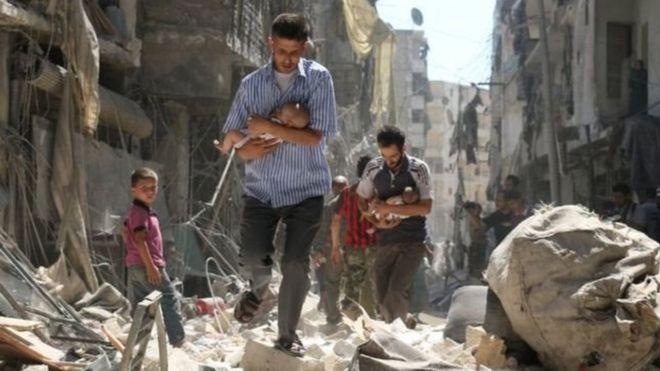 Hombres cargan niños en guerra