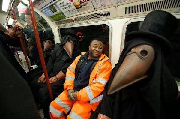 gente extraña metro monstruos