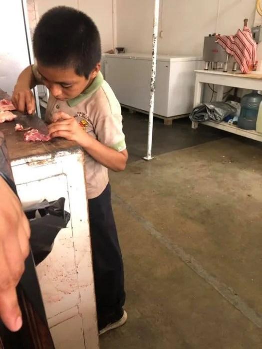 Niño en carnicería