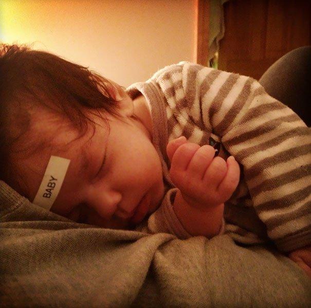 papás a cargo etiqueta a bebé