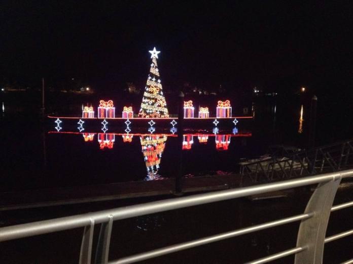 Árbol navideño flotante sobre el Río sinú