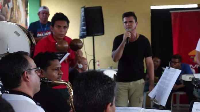 Momentos en que Julio Castillo ensaya con Juanes para su presentación en Montería