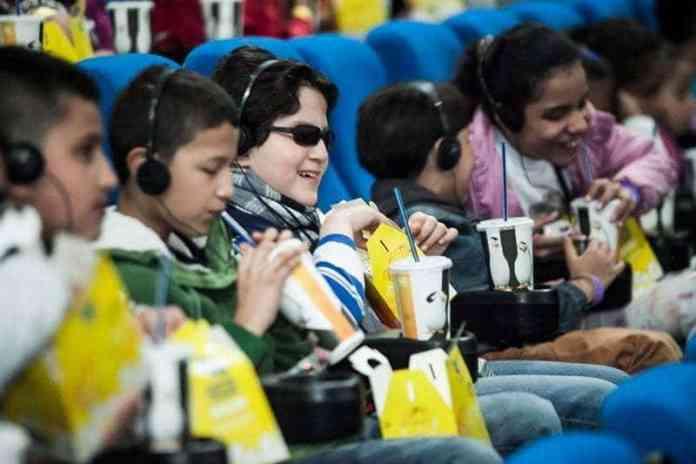 Jóvenes con discapacidad auditiva y visual disfrutando de cine para todos