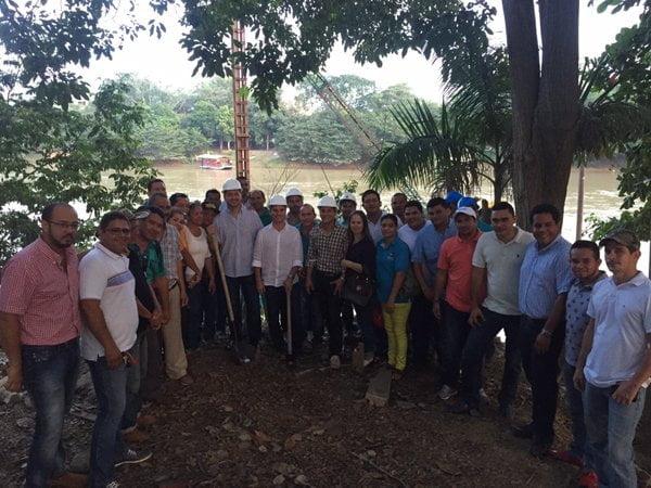 El alcalde Carlos E. Correa poniendo la primera piedra para la construcción de la Ronda del Sinú - Margen izquierda