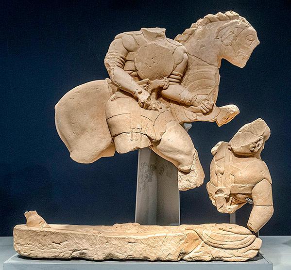 Jinete desmontando clavando una lanza a su enemigo derrotado, escultura íbera de Jaén del siglo V a. C