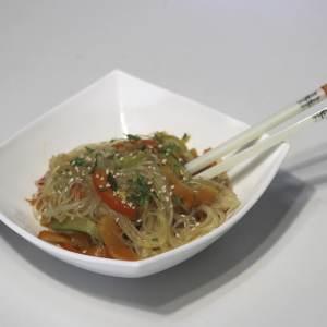 Wok de verduras y fideos