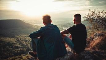 Bons amis ensemble appréciant la vue de coucher du soleil