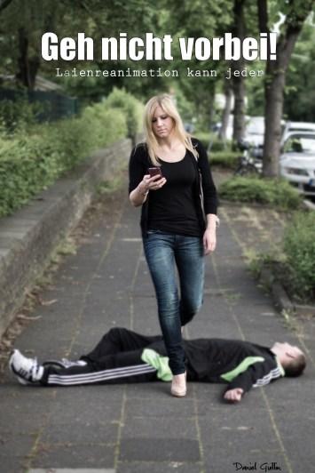 Eine Frau geht an einem bewusstlosen Mann vorbei.