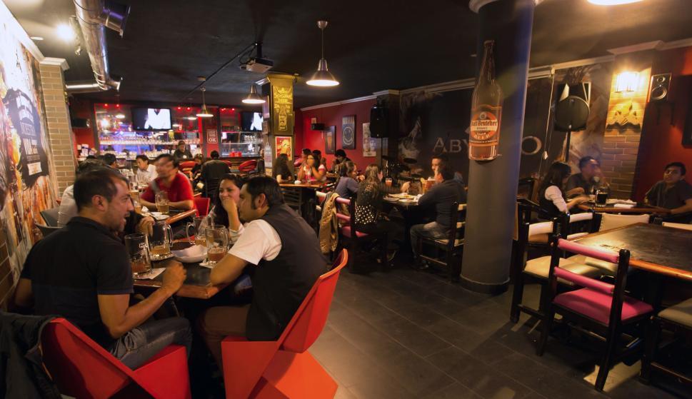 La nueva apuesta de los bares donde pagas por el tiempo y consumes lo que quieras  Economa  Diario La Informacion