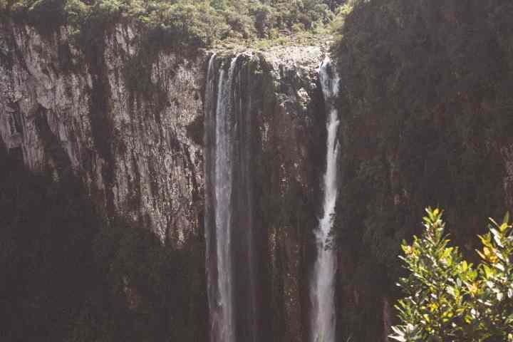 Cachoeira vista da trilha para o Canyon Itaimbezinho