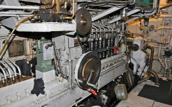 Ajax. 6 sylinterinen 2-tahti diesel. Edessä olevaa pyörää käytetään käynnistykseen.