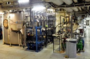 Mustavesisysteemi. Vessojen jätevedet tulevat vas. olevaan keräilysäilöön, joita useampia. Alipainepumput.