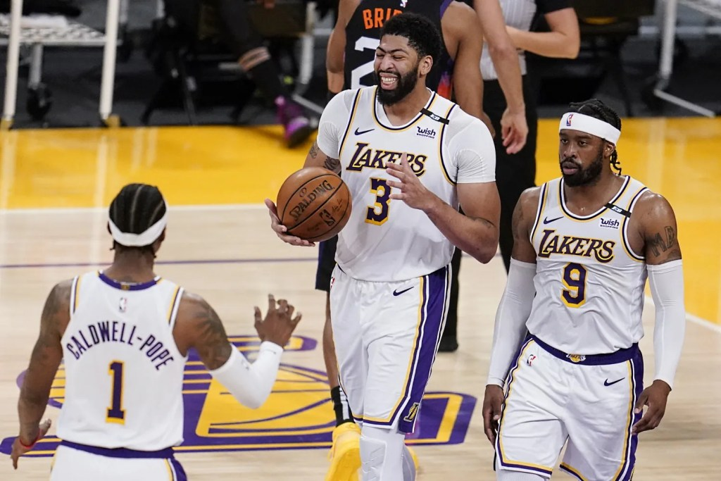 Anthony Davis with Kentavious Caldwell-Pope and Wesley Matthews, Los Angeles Lakers vs Phoenix Suns