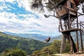 De schommel bij Casa del Arbol, een boomhut boven in de bergen van Banos