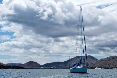 Ons zijlbootje op zee bij de Galapagos eilanden