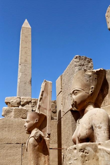 Beelden en de obelisk in Karnak tempel