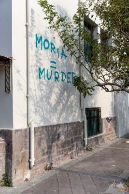 Graffiti op de muren in Mytilini