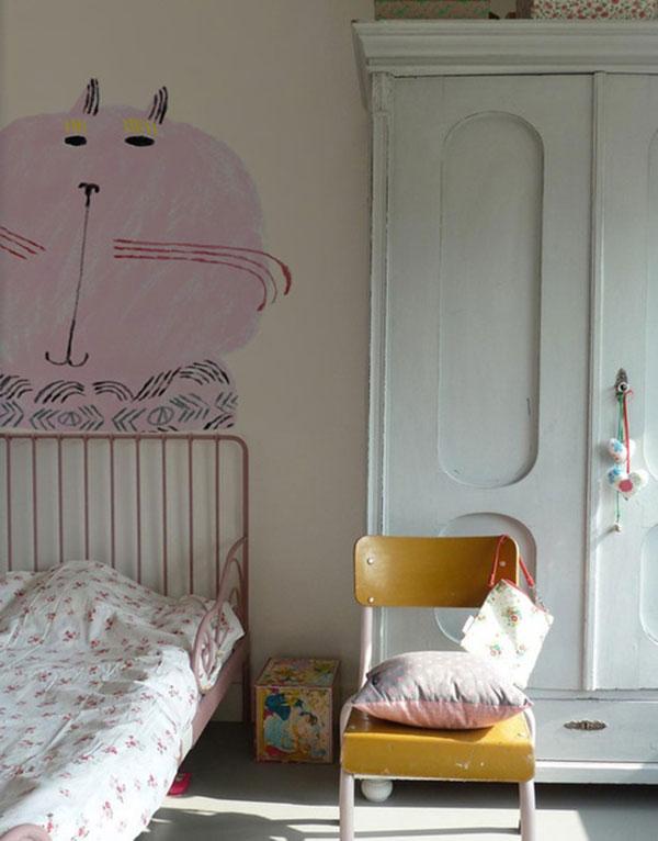 kitty-on-wall_la-la-lovely