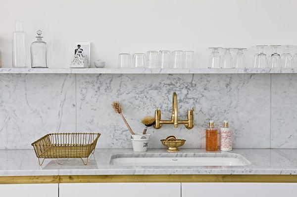 Brass fixtures in a #kitchen via La La Lovely