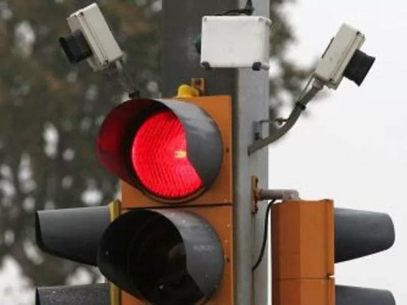 Multa al semaforo rosso con telecamera come difendersi