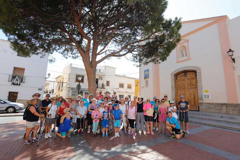 Unas 50 personas participan en la 3ª caminata verde entre árboles y edificios singulares de l'Alfàs del Pi