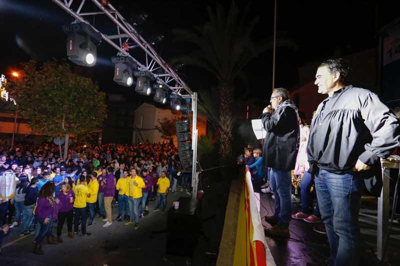Cerca de un millar de personas asisten al pregón en la calle Herrerías