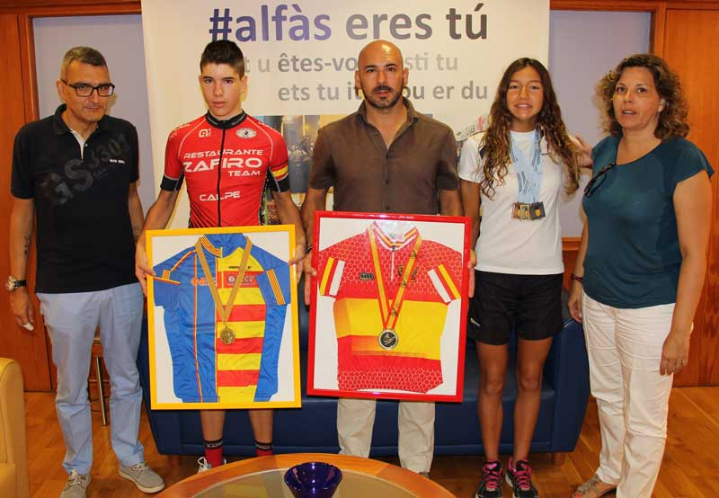 Izaskun de Zulueta y Carlos Linares recibidos en Alcaldía por sus logros.
