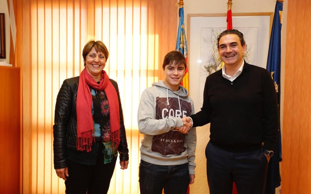 El Ayuntamiento de l'Alfàs otorga un premio de 1.500 euros a los dos alumnos del municipio que obtienen la Mención Honorífica de Bachiller