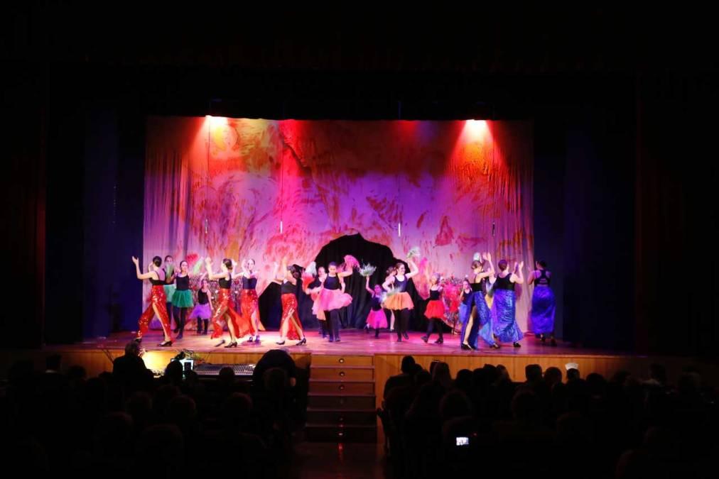 """Más de 800 personas asisten al musical """"Alice in wonderland"""" en la Casa de Cultura de l'Alfàs"""