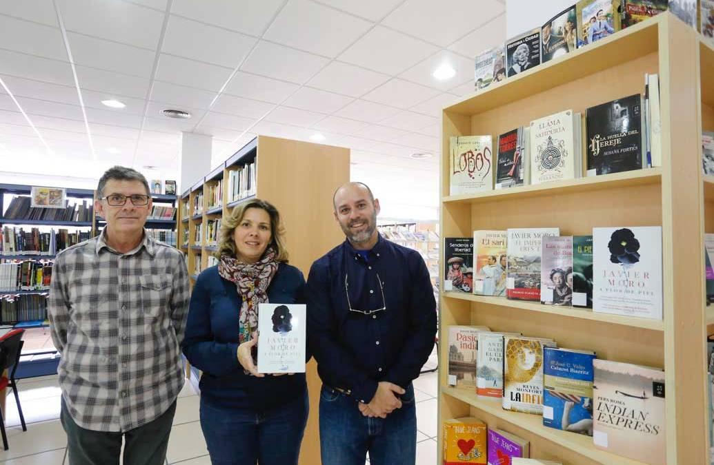 """El escritor Javier Moro presenta en l'Alfàs del Pi su último libro """"A flor de piel"""""""