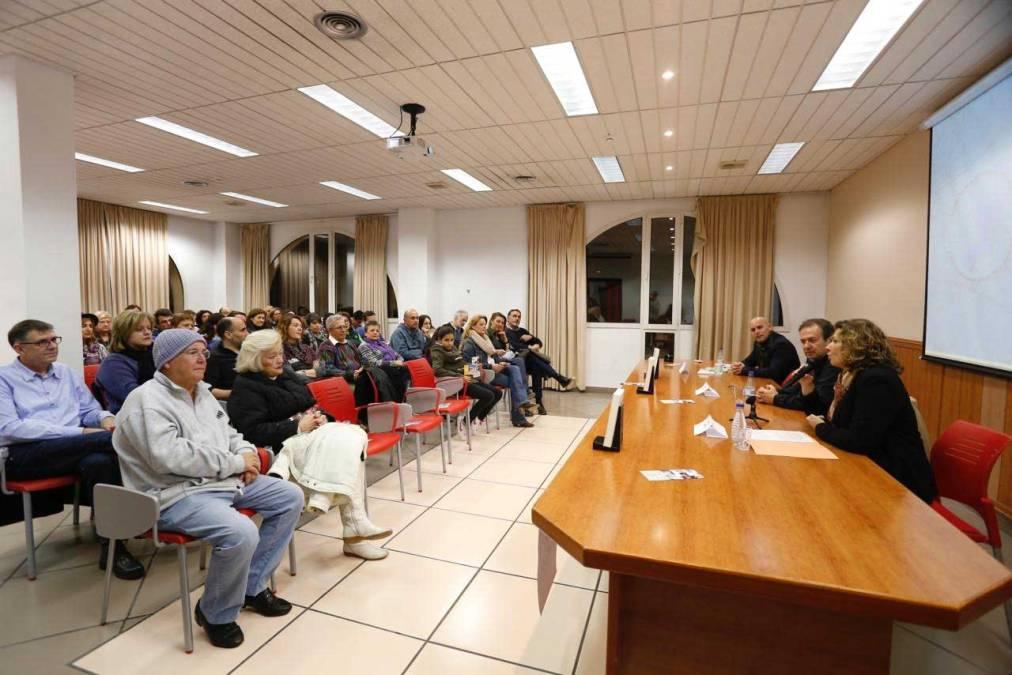 Más de 70 personas arropan a Javier Moro en la presentación de su último libro en l'Alfàs del Pi