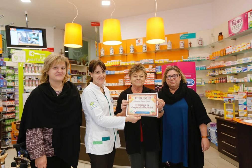 La Farmacia Eugenia García dona su premio en el Concurso de Escaparates a AECC