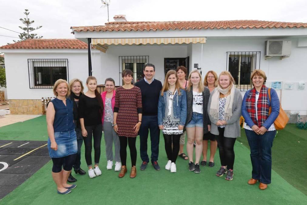 Vicente Arques se interesa por los proyectos de la guardería noruega de l'Albir