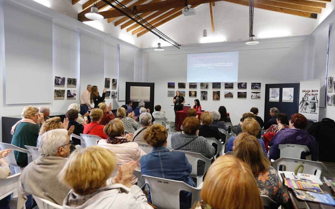 Más de 50 personas asisten a la conferencia 'Envejecimiento activo' en les Escoles Velles